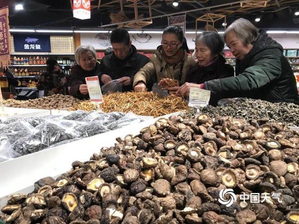 杭州超市年味浓 市民忙着买年货