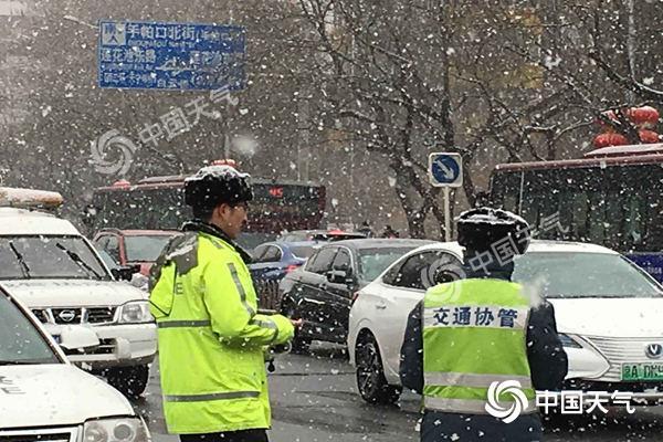 北京降雪致5条高速封闭 5条公交线路停驶绕行