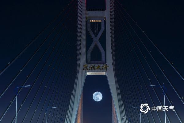 """明月高悬 河北夜空再现""""超级月亮"""""""