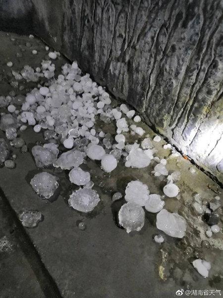 湖南昨夜遭遇雷雨大风冰雹 民居屋顶被砸穿
