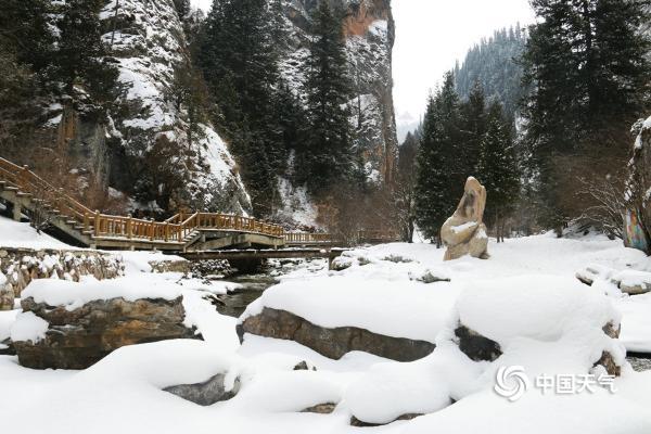 甘肃碌曲春寒抱雪 则岔石林宛若仙境