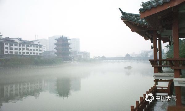 烟花三月 广西梧州蒙山烟雾缭绕宛如仙境