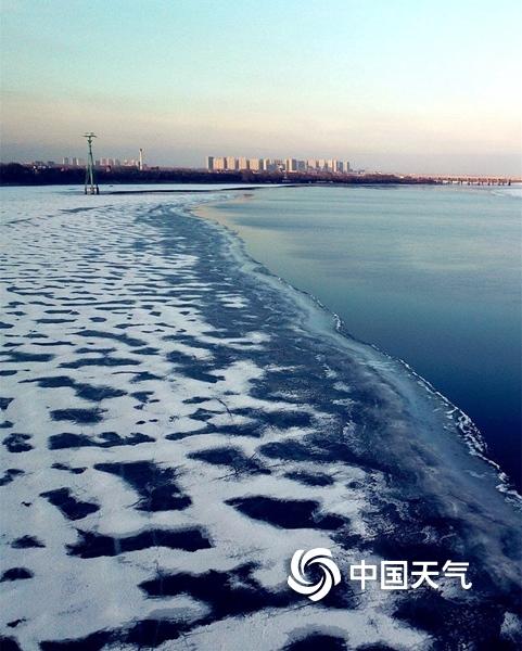 """松花江哈尔滨段开江 上演最后的""""冰与水""""之歌"""