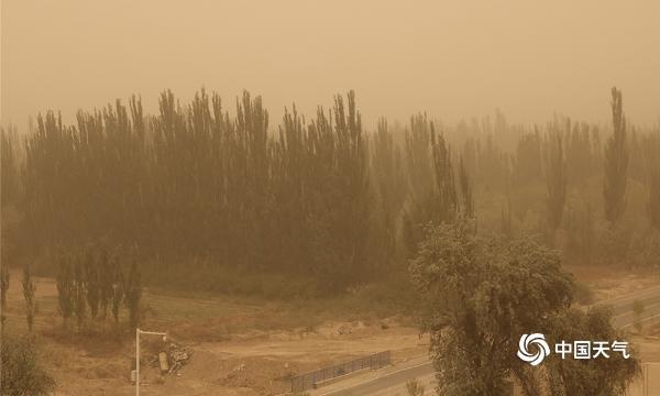 南疆近期沙尘频发  天空昏黄能见度差