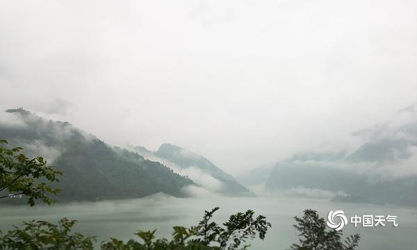 重庆彭水乌江烟雨袅绕 宛如水墨画