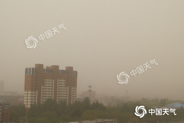 内蒙古呼和浩特等地现沙尘暴 中西部局地气温直降13℃