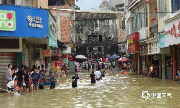 广西多地遭遇强降雨 积水没过行人大腿道路损毁严重
