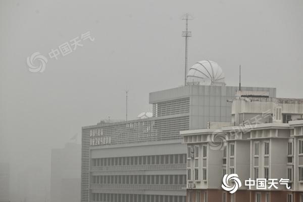 今晨北京现轻雾能见度较差 白天仍有阵雨外出带好雨具