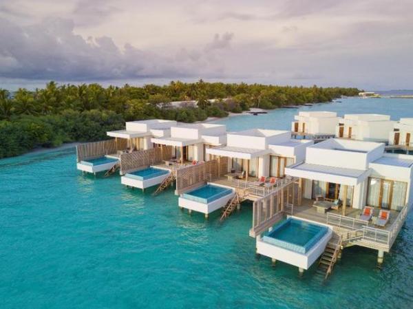 马尔代夫帝嘉丽度假酒店 水上泳池别墅 阳光明媚的午后,男人们可以去大海里体验一把浮潜,女人们则可以去小岛中央的帝嘉丽水疗中心(Dhigali Spa)享受特色理疗或水上瑜伽。各自休憩后,在以冒险家命名的Battuta餐厅享受一场美食探索,浓郁的热带风情和丰富的亚洲风味瞬间唤醒你的味蕾。大快朵颐之后,可以来到帝嘉丽最具特色的日落酒吧(Haali Bar),这里视野极佳,可以远眺金色地平线,安坐于此,吹着海风品尝爽口饮品,也是一种岁月静好。
