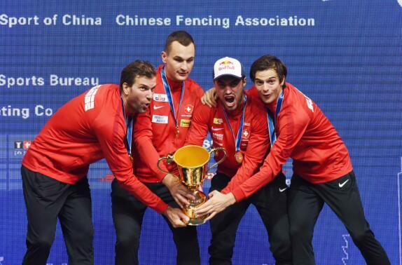 世界击剑锦标赛中国女佩男花均一剑险胜挺进八强