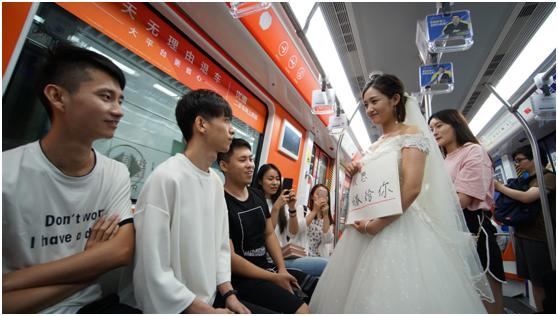 """""""毕婚族""""后来都幸福了吗?杭州毕业女孩地铁求婚大作战引热议"""