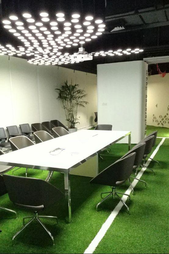 办公室变身足球场 球迷喜获梦幻看球场