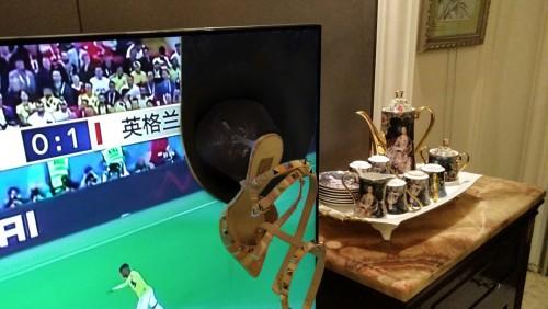 球迷熬夜看球 妻子怒砸电视 高跟鞋击穿世界杯