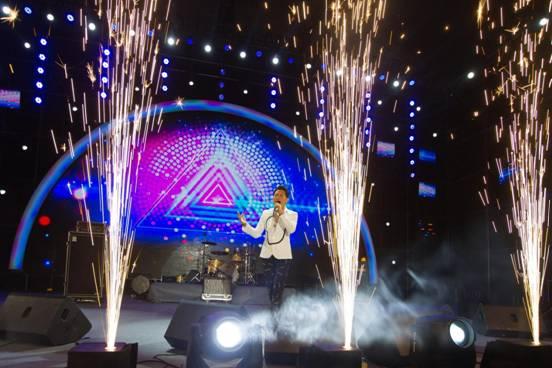 歌声飘过二十年 罗中旭仙女山重温经典《星光灿烂》引数万人大合唱