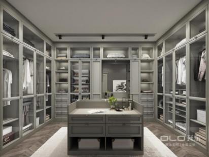 新品赫拉抛弃传统的衣柜设计,取代以大面积的玻璃橱窗,让家庭衣帽间