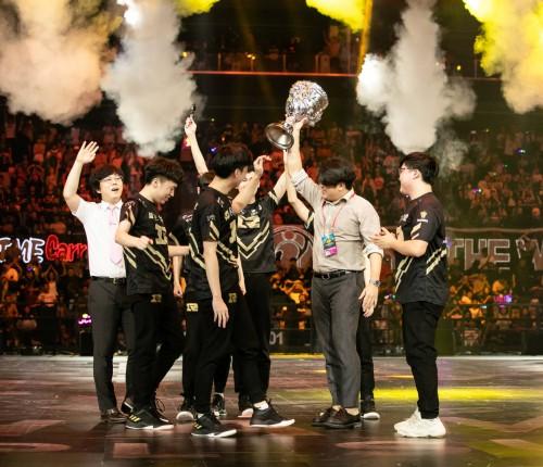 RNG战胜IG夺夏季赛冠军,迪瑞克斯见证荣耀巅峰