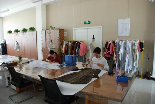 目前已经容纳上百个设计师工作室,许多青年设计师借助迪尚集团丰富的