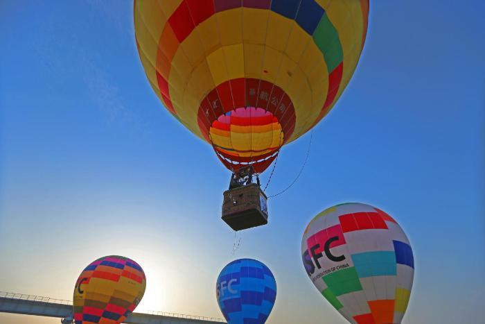 热气球联赛襄阳站火热进行 喷火巡游点燃天空节