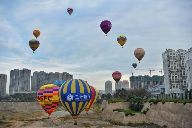 热气球联赛安宁开战 空中竞技精彩绝伦