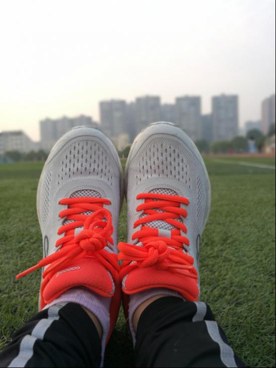 美女跑友体验2018新款21k智能超轻跑鞋