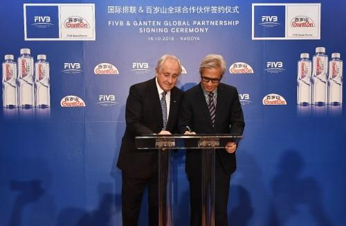 郎平出席国际排联与首家中国合作伙伴百岁山新闻发布会