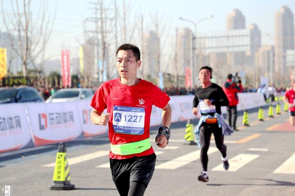 2018济南环华山湖国际半程马拉松比赛开跑