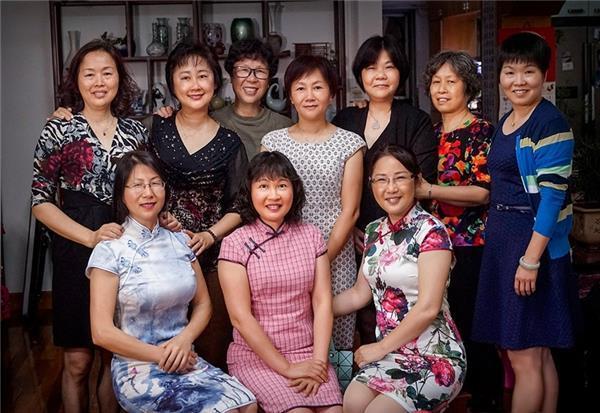 上图:三洋生产线的女工们。三洋,曾经是世界先进技术和管理的代名词。(摄影 罗沛) 下图:2017年,钟婉薇和三洋姐妹们在老厂长罗沛家团聚。随着三洋的兴衰和时代的变迁,当年的三洋妹们如今聚散于中国的不同角落。再回首已经半百年华,重相遇还是蛇口情节。(摄影 罗沛) 承前启后 砥砺前行 改革开放40年之后,当年深圳河两边落差悬殊的深港,已经变成了等量齐观。至于蛇口,则由当初那个因逃港而近乎凋敝的4700人的小渔村,蝶变为拥有近40万人口、GDP超过1200亿元的滨海新城。 我们把场景闪回到40年前,再次提起那