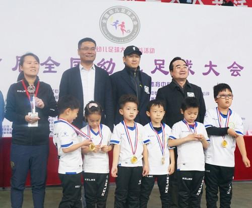 疯狂体育助力幼儿足球教育事业发展 幼儿园足球时代降临