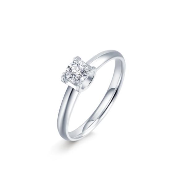 六桂福珠宝「倍爱系列」钻石戒指 如果你的她温婉可人且对美有极致追求,六桂福珠宝「星耀」钻戒将会充分满足她的审美,促进二人感情升温。该款钻戒采用彰显时尚个性的扭壁设计,主钻环绕一层波浪车花,更加凸显钻石的闪耀。对称钻石镶嵌搭配不对称曲线悬空设计,别致新颖,尽显戒指的立体感。这款戒指低调但充满巧思,能够驾驭日常穿搭,也可以在出席正式场合时佩戴,为她的时尚品味增光添彩。