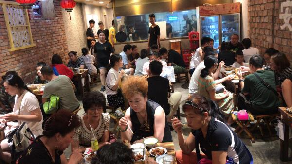 能在烧烤店遍地的武汉站稳脚跟,这家店只用了1招!