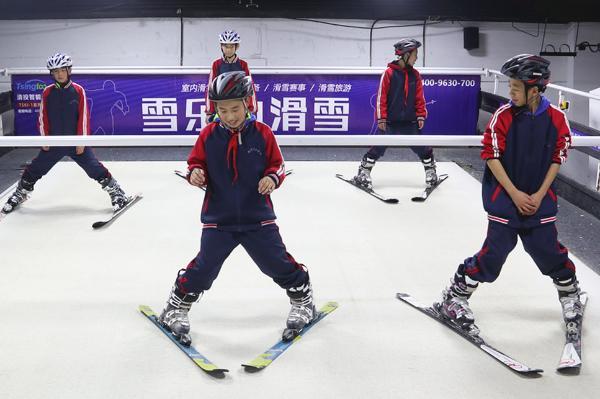"""雪乐山""""冰雪进校园""""顺利开展,3000多名学生集体感受滑雪运动"""