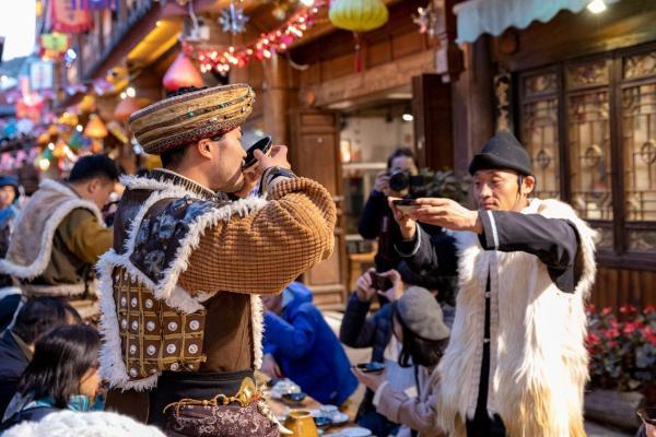 丽江大研花巷马帮长街宴惊艳问世,沉浸式文化体验成旅游热潮!