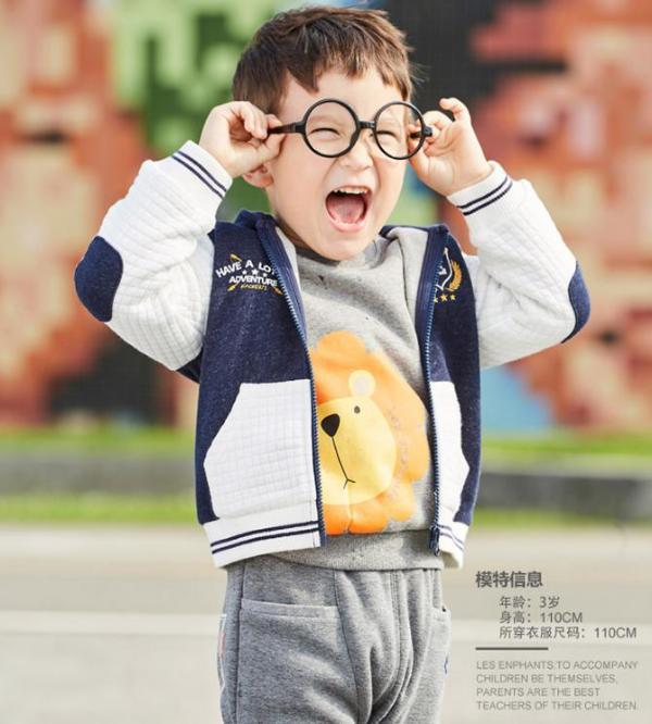丽婴房 春秋男童休闲连帽外套1-8岁婴儿衣服儿童上衣宝宝拉链衫童装 春天一定要有一款挡风的潮外套,这款男童休闲外套绝对是每个宝妈的最佳选择。经典运动休闲版式,舒适面料让爱动的男宝宝穿着更舒适更无拘无束。连帽设计时尚实用,随时随地可以为小宝宝挡风保暖。手肘异色布贴,既时尚感爆棚又实用,对于经常弄脏手肘的宝宝来说,减少妈妈洗衣负担。赶紧给你家男宝入手一件吧。查看产品http://gome.