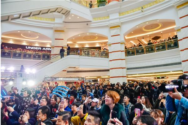 芯科技•真按摩 奥佳华按摩椅AI新品携手陈奕迅亮相上海环球港