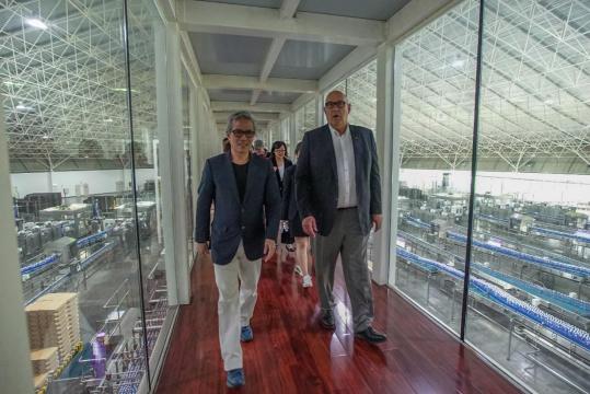 2019年篮球世界杯抽签仪式前 伯顿·希普利主席率队参观百岁山生产基地