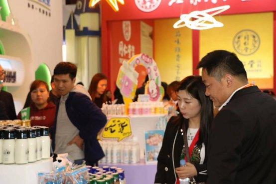新希望乳业全家福亮相糖酒会,芯乳业成就新鲜之选