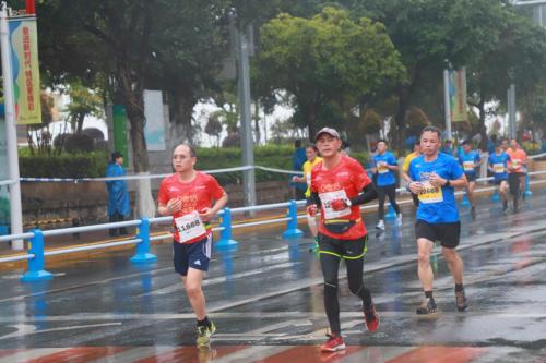 奔跑中国的路上,63岁的他无惧前路,勇敢追梦!