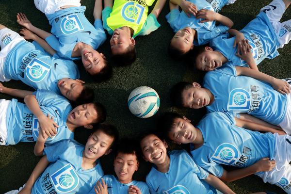 乐动体育携手国外教练成立的少儿足球训练营如期开课