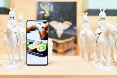 三星Galaxy S10系列超感官全视屏 科技艺术双重魅力