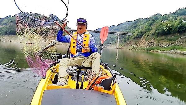 """大""""米翘""""出水,点亮楠木湖:中国舟钓路亚公开赛湖北竹溪站精彩上演"""