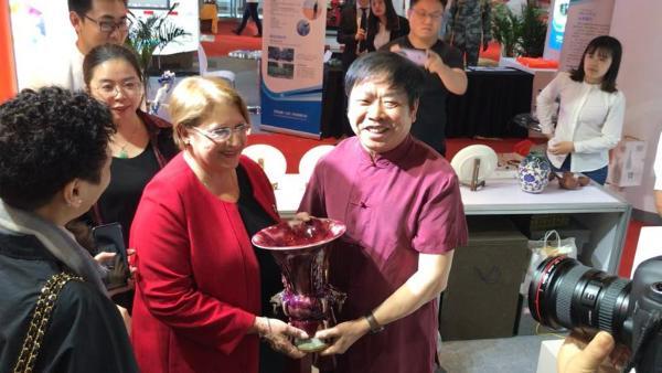 京交会:北京陶瓷艺术馆向马耳他共和国前总统玛丽赠送中国钧瓷