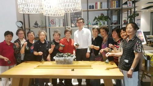 康铂酒店过传统端午节:挂粽旗包粽子送香囊