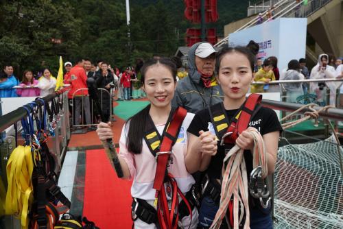 极限荡绳挑战 双胞胎姐妹花跳下奥陶纪百米悬崖