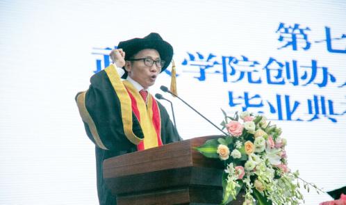 武汉学院转设民办后首批学生毕业,创办人陈一丹先生寄语:个人与时代共振