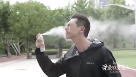 男明星把防晒喷雾用成灭火器,还是李现喷的最man!