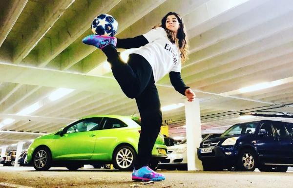 """脚踩高跟鞋玩花式足球的TikTok达人:""""希望鼓励更多女孩踢足球"""""""