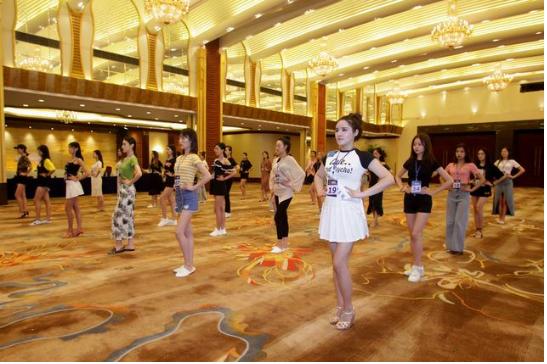 国际小姐赛前集训 绰约多姿彰显魅力无限