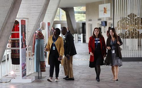 来自联合国教科文组织的项目专家 Carlos Tejada在参观了总部 Suger Hall 大堂正在展出的黎锦展后表示:肯尼亚与他的家乡墨西哥一样快乐向前冲王中王