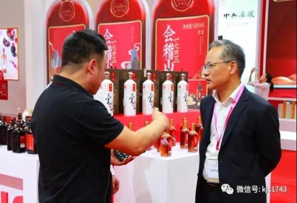 国内外友人都为这杯酒叫好,会稽山1743新品惊艳亮相2019上海酒博会!