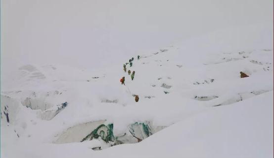 登山精神激励达飞勇攀高峰——达飞登山队成功登顶雀儿山